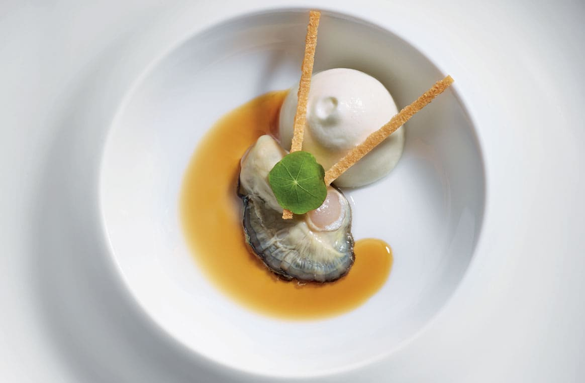 L'huître Gillardeau n° 3 comme un Irish Coffee au café Bourbon Pointu, crémeux de topinambours