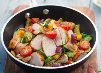 Poêlée de légumes d'été et suprême de poulet grillé